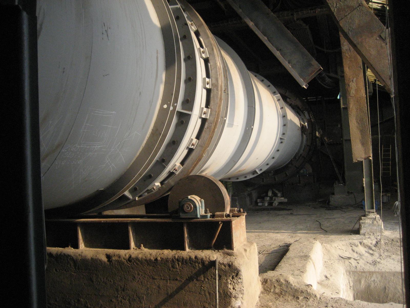 Tromel y tolva de entrada de material del secadero de fábrica de producción de fertilizantes (Vizcaya, España)